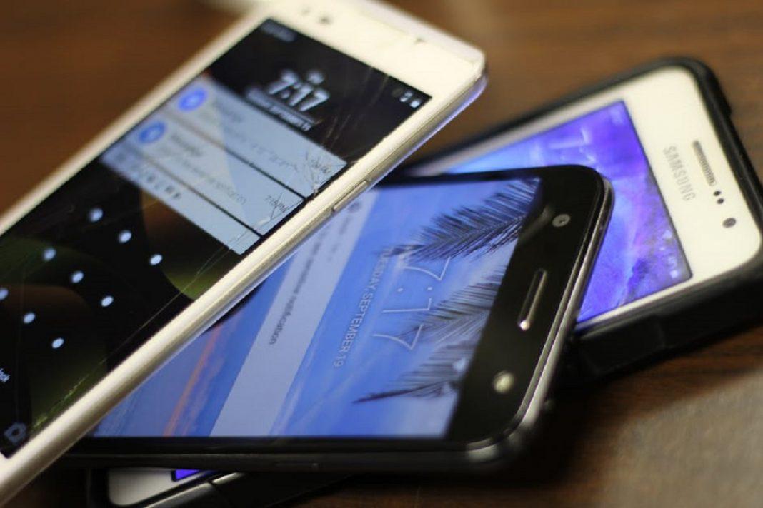 Varios móviles unos encima de otros