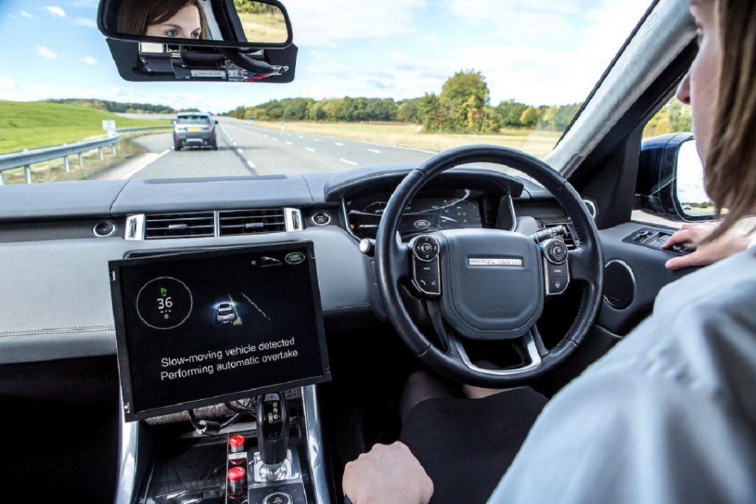En la imagen se puede ver el interior de un vehículo con el conductor siendo guiado por el GPS