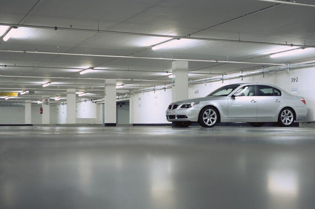 En la fotografía aparece un vehículo estacionado en un parking