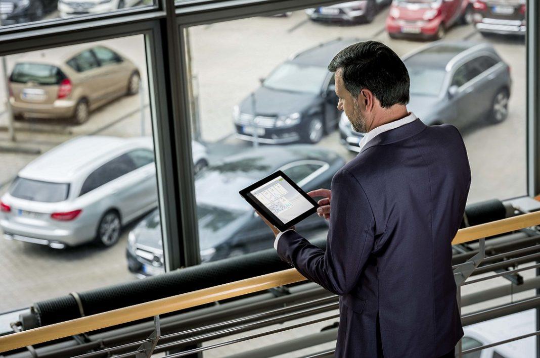 En la imagen aparece un hombre utilizando una tablet