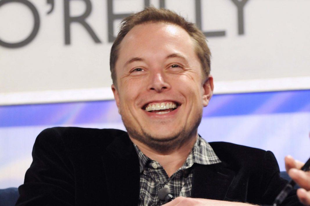 El creador de Tesla, Elon Musk, sonriendo en una conferencia