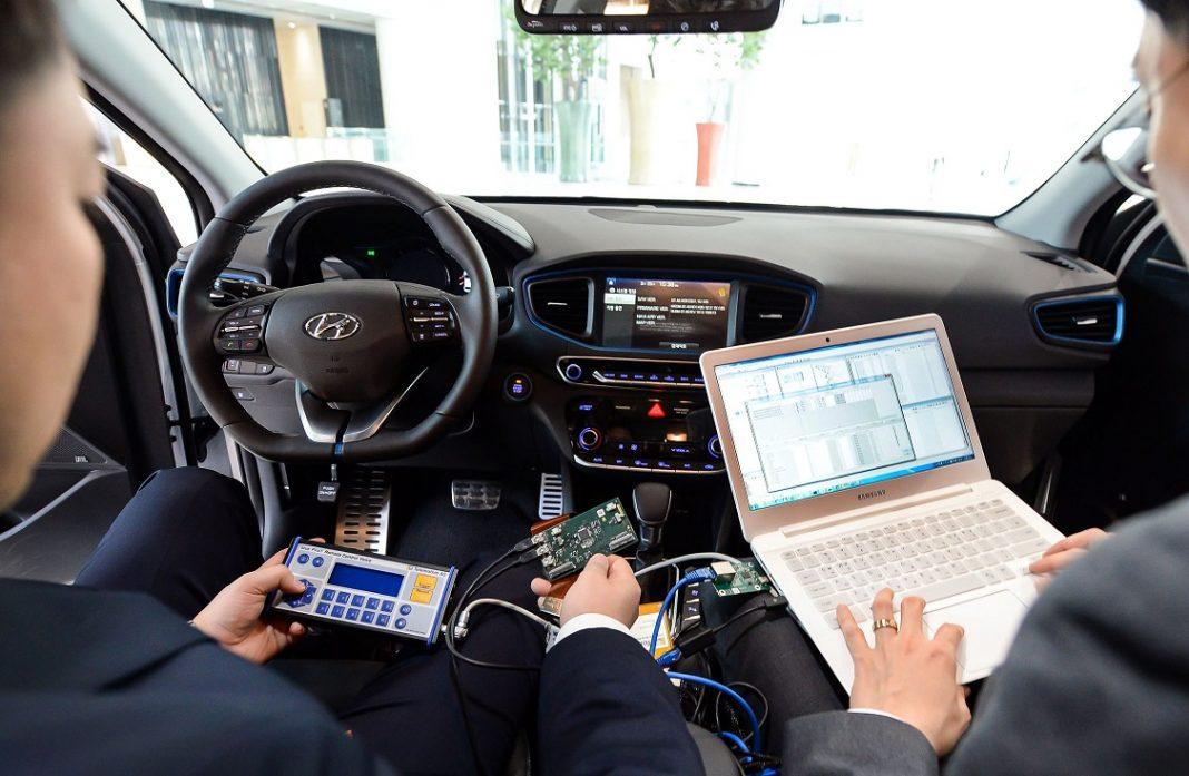 Sistema multimedia de un vehículo conectado a otros dispositivos como un smartphone y un ordenador