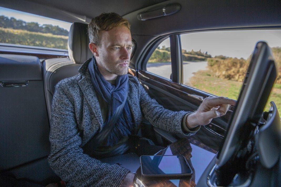 Hombre con una tablet en un coche