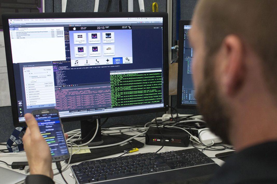 En la imagen se ve a un científico trabajando en multi-pantalla, obteniendo datos en un smartphone y un ordenador.