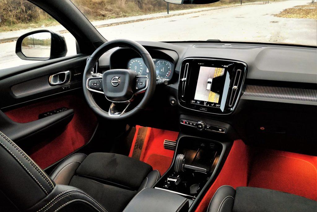 volvo xc40 imagen del interior, con tapizados negros y naranjas