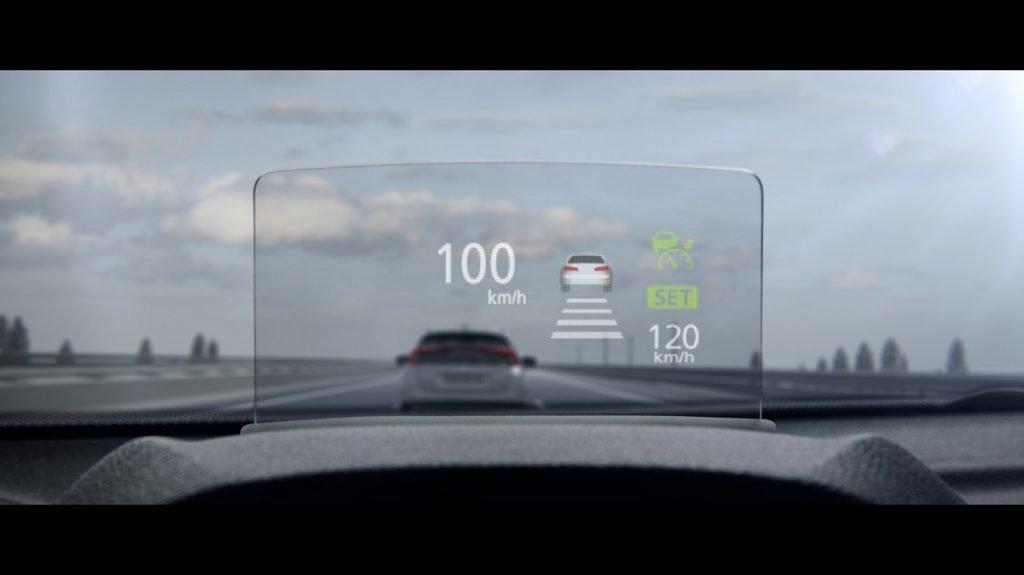 El Mitsubishi Eclipse Cross incluye un dispositivo que proyecta datos en una pantallas situada en la zona del parabrisas, para que el conductor no aparte los ojos de la carretera al conducir.