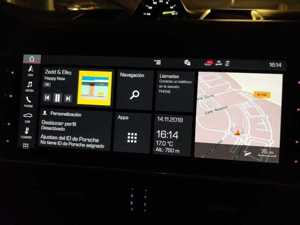 Foto del menú principal de la pantalla del sistema multimedia del Porsche Cayenne e-hybrid.