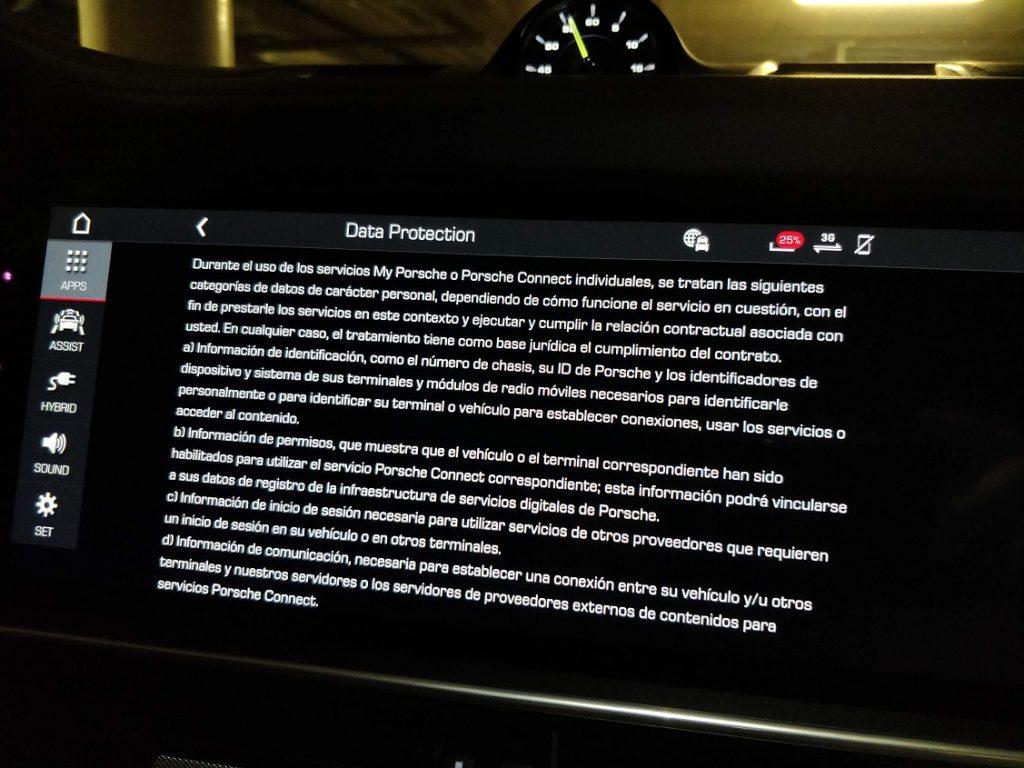 Imagen con el texto de protección de datos que aparece en uno de los menús de la pantalla del sistema multimedia del Porsche Cayenne e-hybrid.
