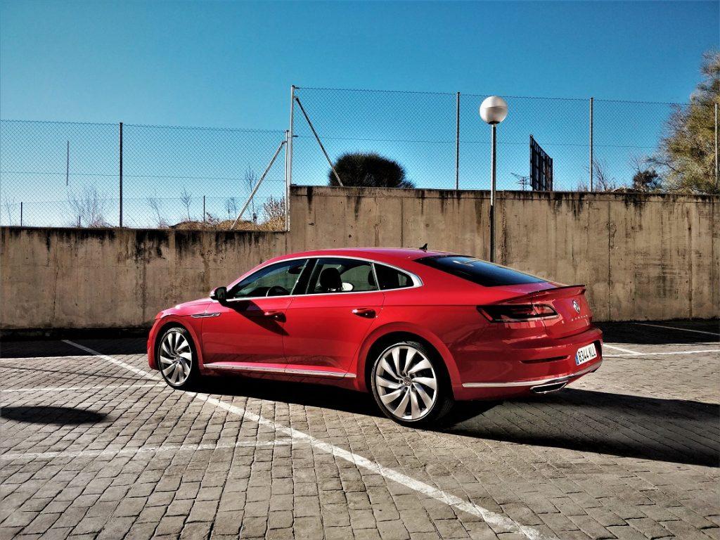 Imagen tres cuartos trasera de un Volkswagen Arteon de color rojo.