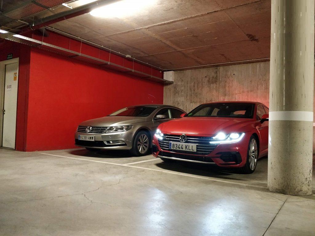 Imagen de un VW Areton rojo aparcado al lado de un VW CC.