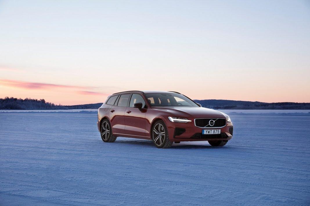 Volvo V60 de color rojo parado en un desierto y en posición de tres cuartos