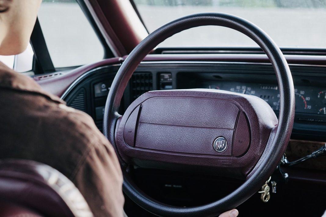 Imagen del salpicadero y volante de un coche clasico