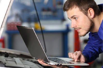IMagen de hombre en ordenador
