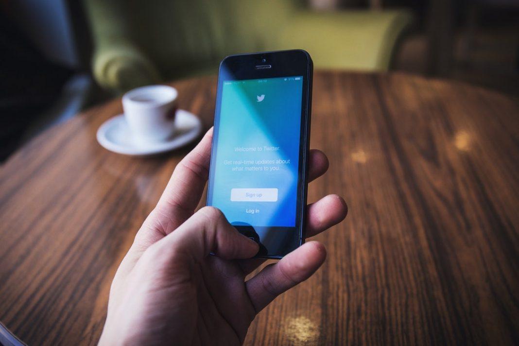 Smartphone en el que se utiliza la aplicación Twitter