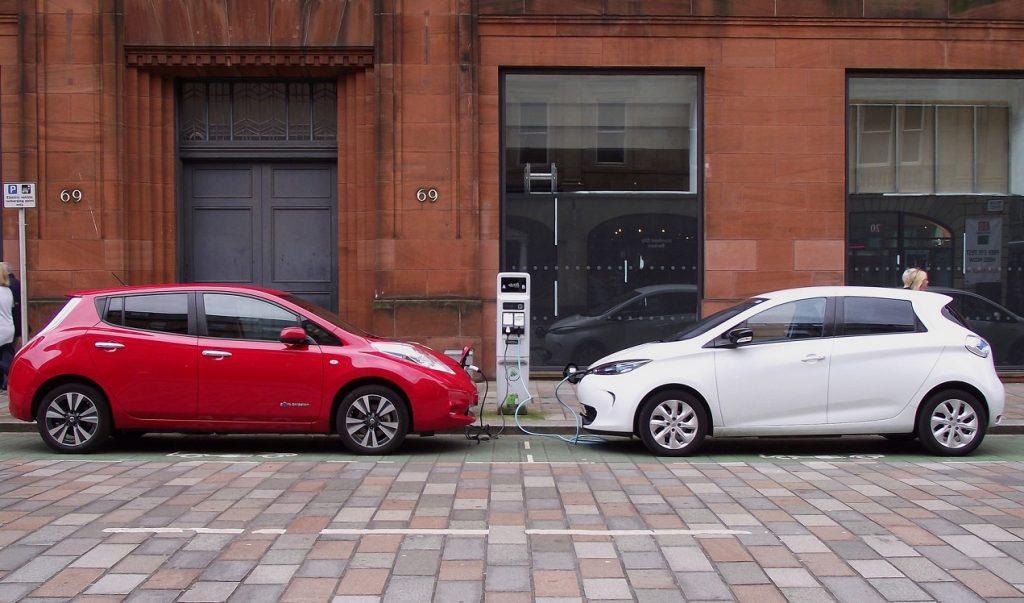 Un Nissan Leaf rojo y un Renault Zoe blanco