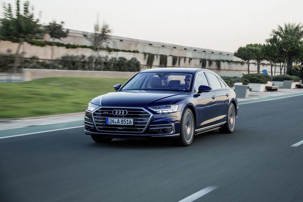 Audi A8 de color oscuro circulando por carretera