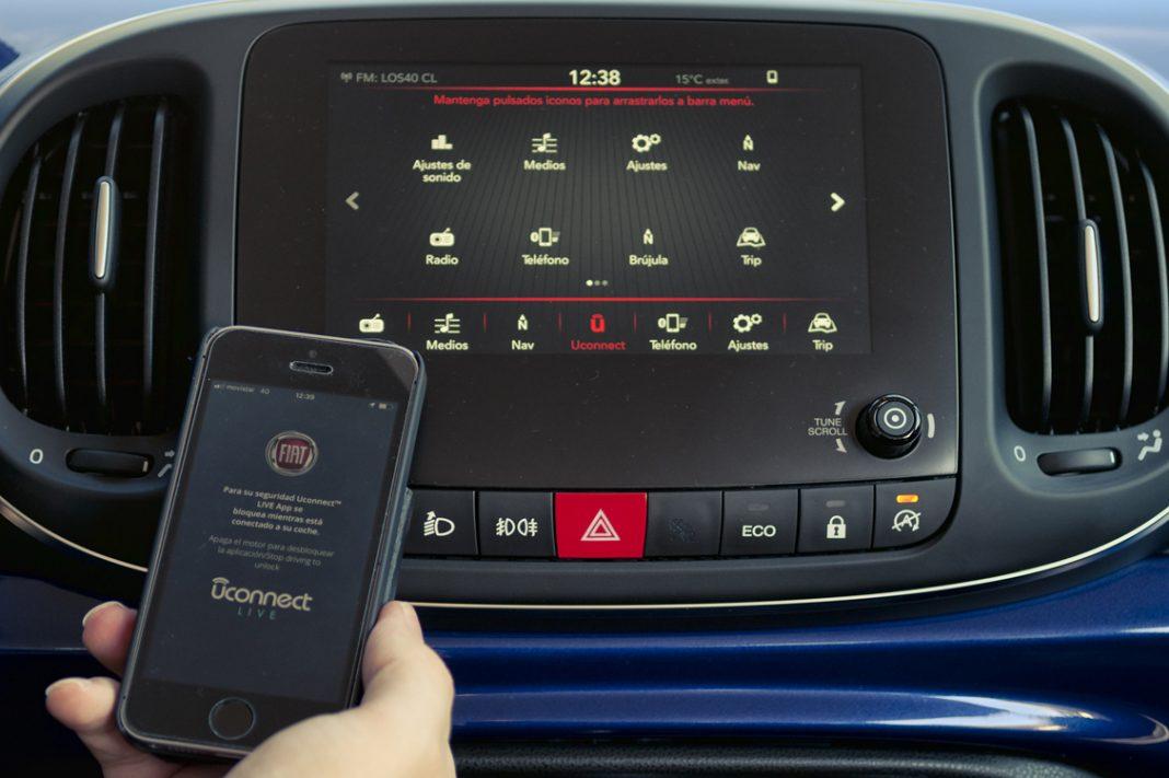 Manejo del sistema Uconnect del Fiat 500L a través de la pantalla central y del móvil