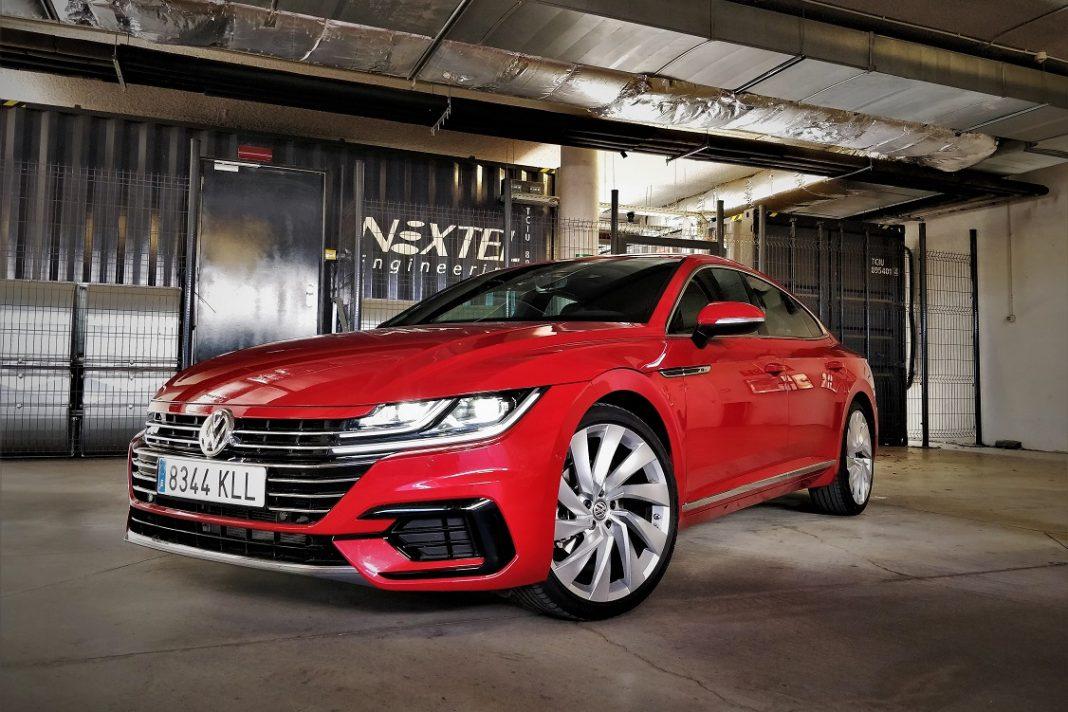 Imagen estática de un Volkswagen Arteon de color rojo tres cuartos delantero