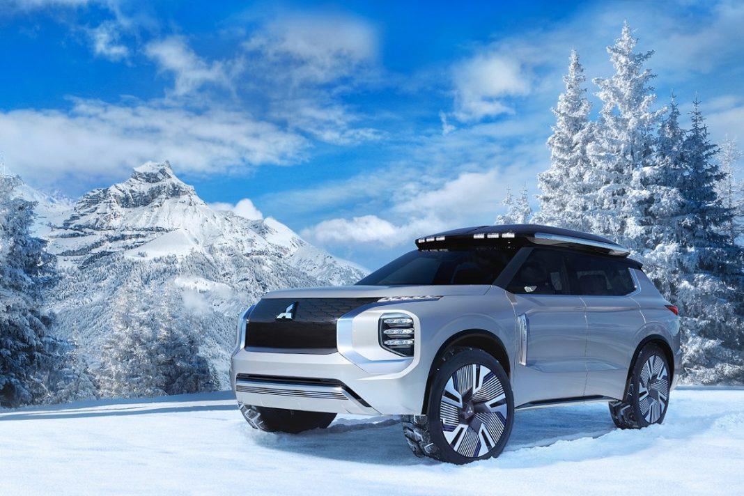 Mitsubishi Engelberg de color gris posando en tres cuartos delantero en un terreno nevado