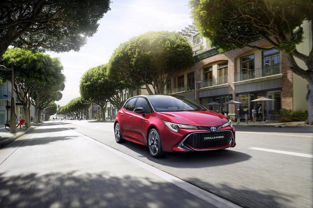 Corolla Hybrid rojo, imagen tres cuartos frontal