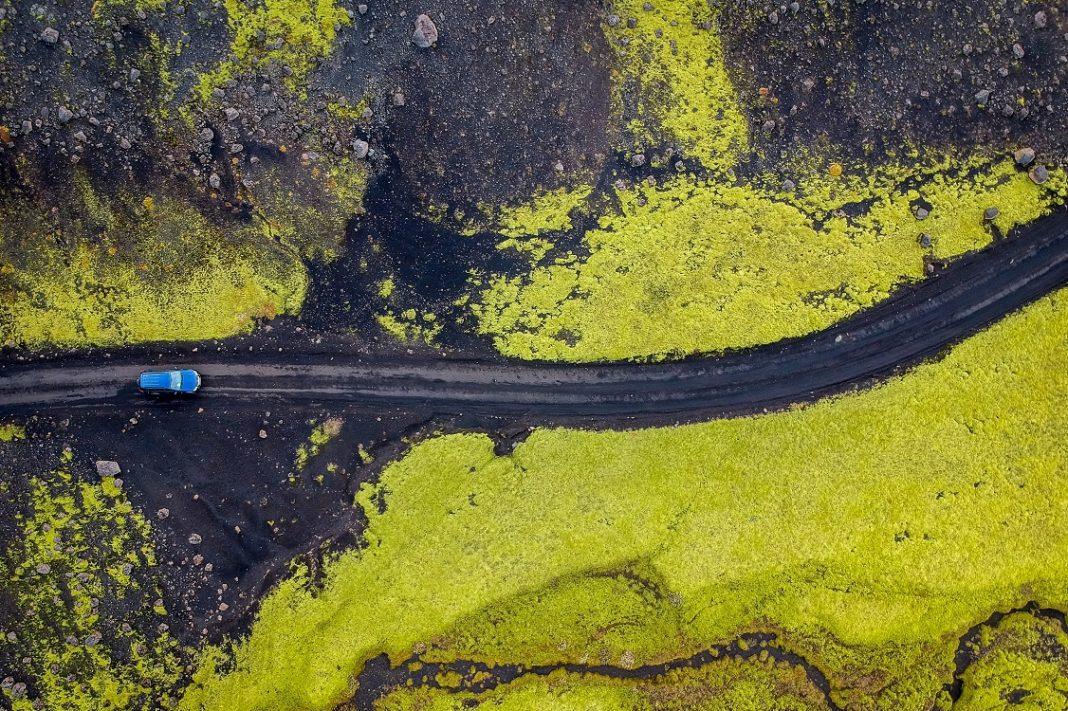 Imagen a vista de drone de un coche circulando por una carretera