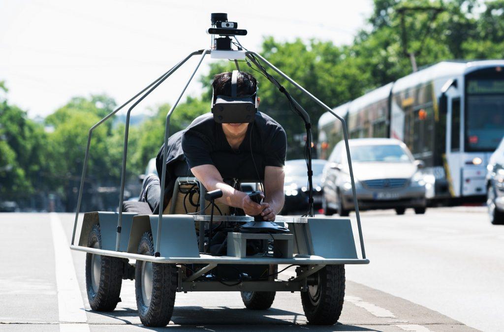 Hombre subido a un coche autónomo prototípico manejado con gafas de realidad virtual