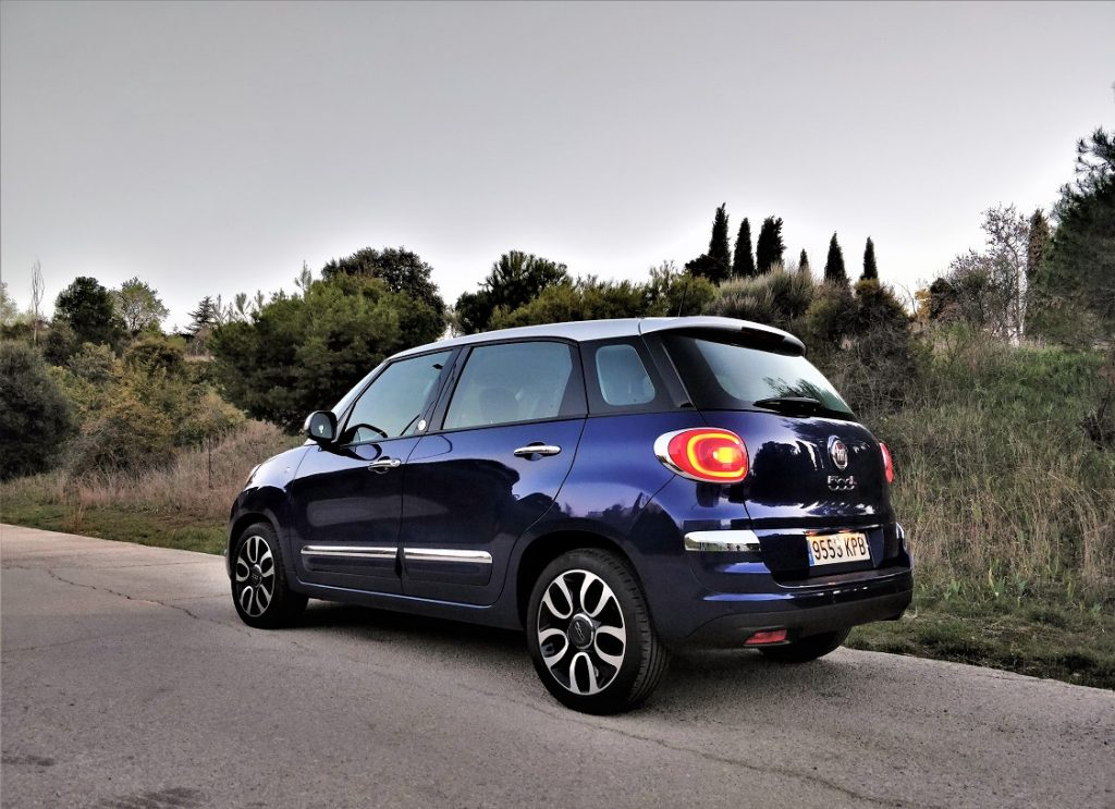 Imagen tres cuartos trasero de un Fiat 500L azul oscuro