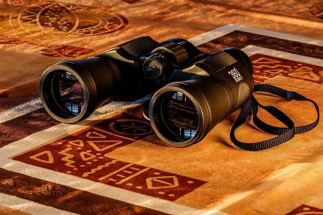 Foto de unos prismáticos sobre una mesa