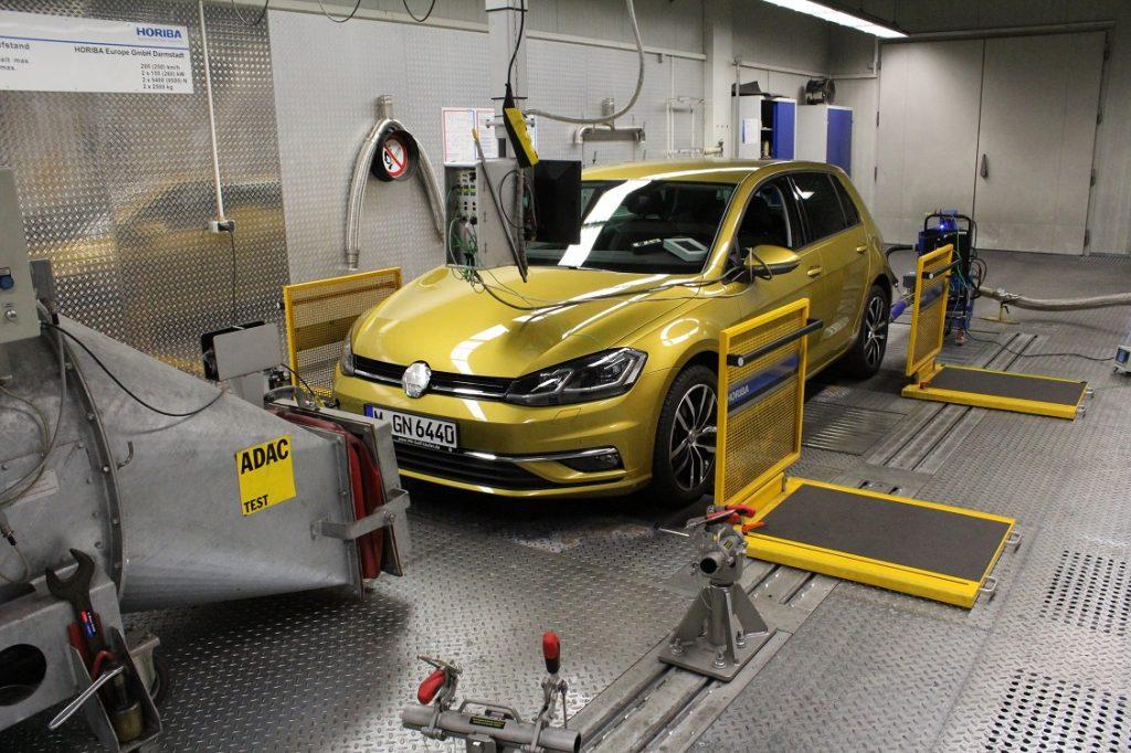Imagen de un VW Golf realizando pruebas en un laboratorio