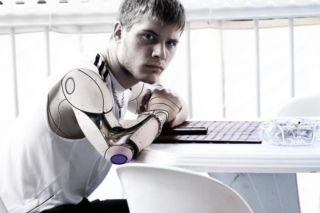 Imagen de un robot con rostro humano