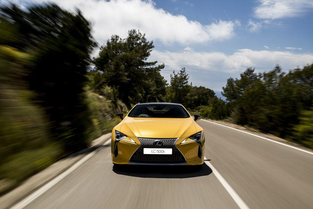 Imagen frontal de un Lexus LC500 h de color amarillo