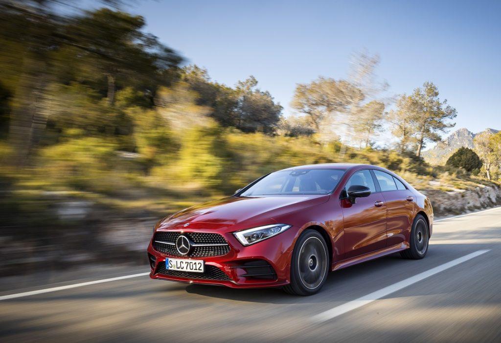 Mercedes CLS 450 en color rojo circulando por carretera