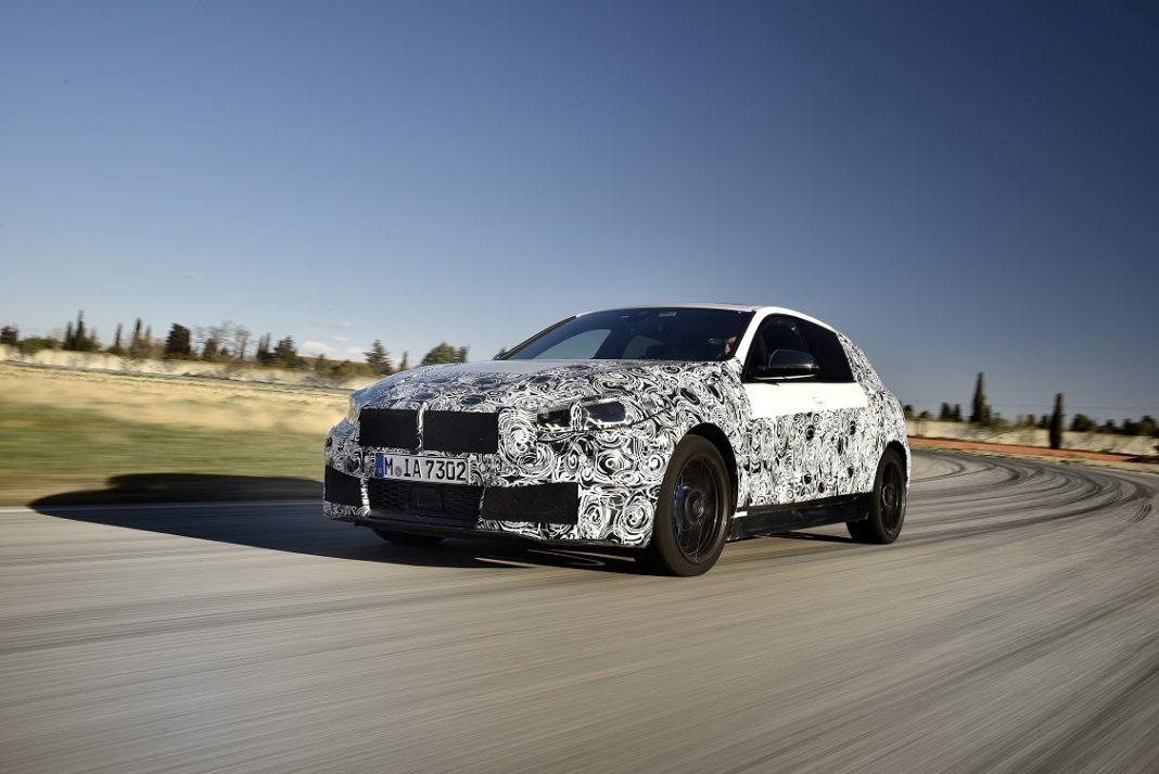 Imagen de un BMW Serie 1 camuflado rodando por el circuito francés de Miramas.
