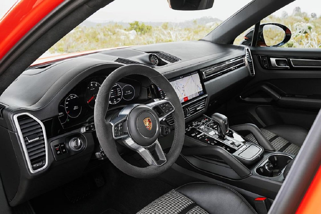 Imagen del interior del Porsche Cayenne Coupé y su llamativo salpicadero