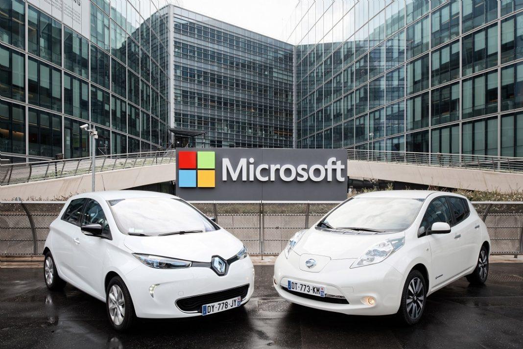 UN Renault ZOe y un Nissan Leaf posan frente a instalaciones de Microsoft