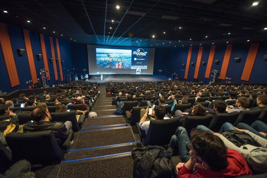 Cientos de asistentes a una de las conferencias de la Rootedcon que tuvo lugar en la sala más grande de Kinépolis