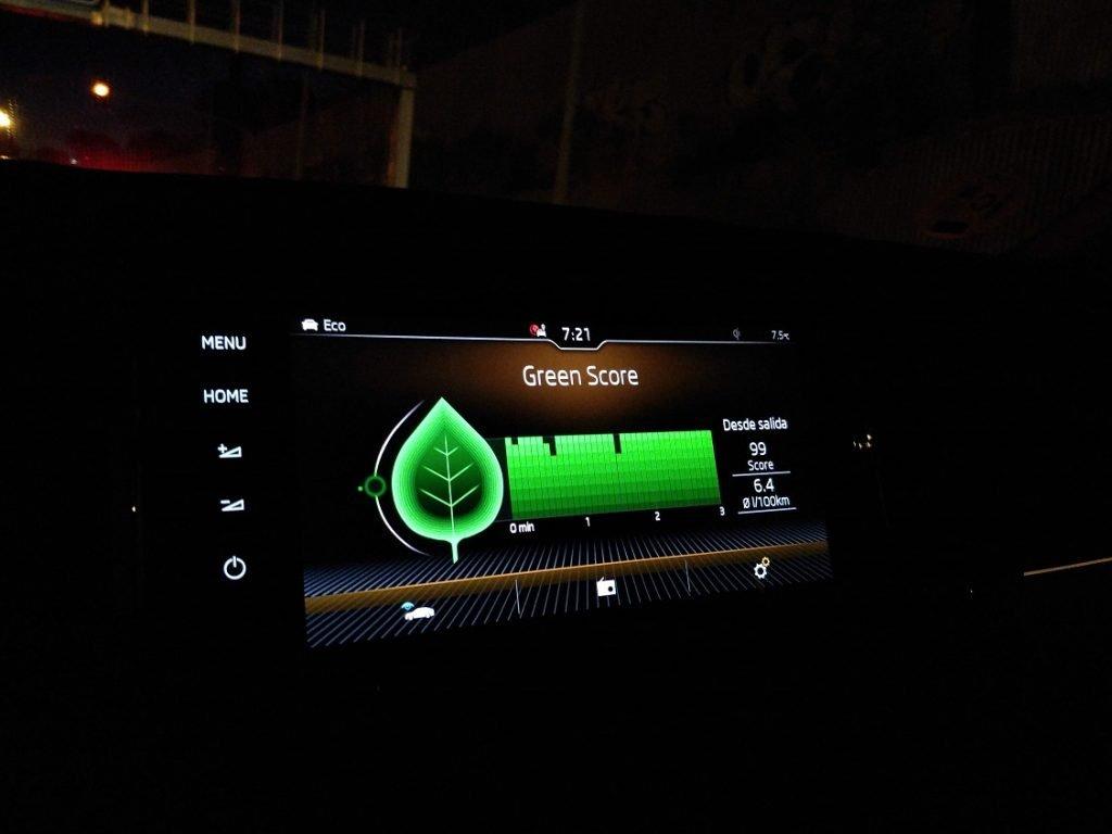 Imagen de la pantalla central del Karoq mostrando los datos del nivel de eficiencia de la conducción.