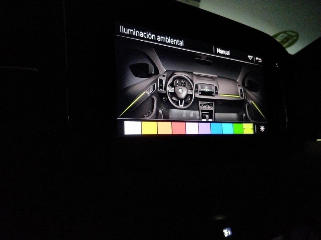 Desde la pantalla central se pueden elegir los colores para la iluminación ambiental del interior.