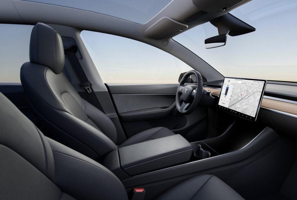 INterior del Tesla Model Y que destaca por su gran pantalla en el cento del salpicadero
