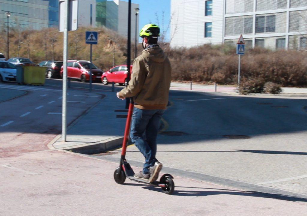 Persona conduciendo el patinete de Seat