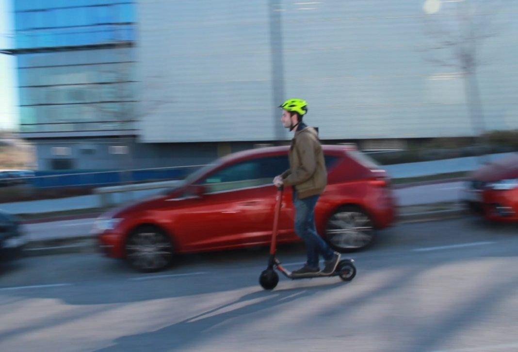 Persona conduciendo cuesta abajo el patinete de Seat
