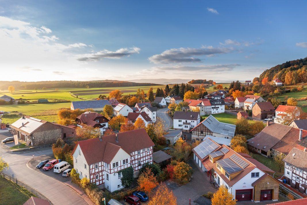 Vista aérea de un pueblo con coches en sus calles