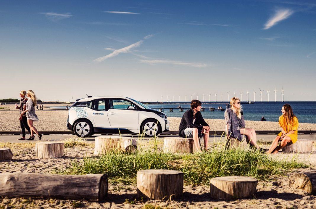 Imagen de un BMW i3 eléctrico en una playa