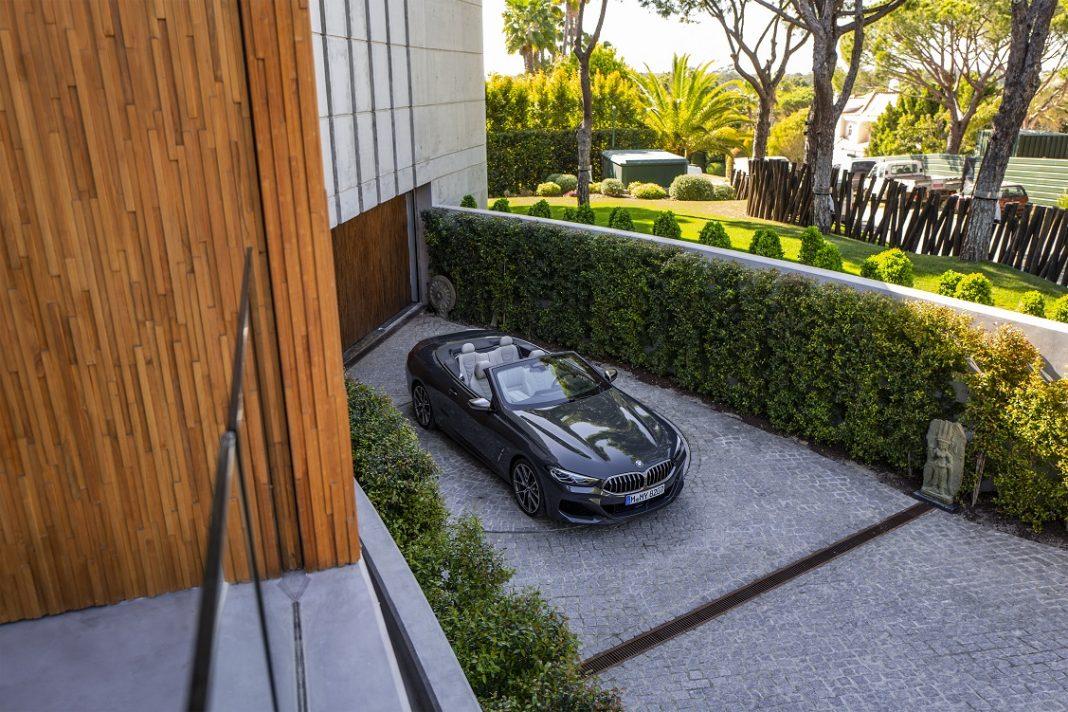 Imagen de un BMW Serie 8 Cabrio aparcado en la puerta de una casa