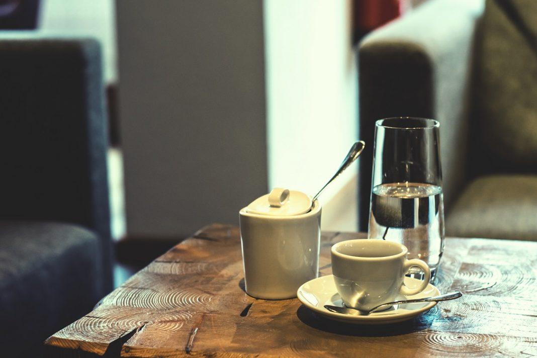 Imagen de una taza de café sobre una mesa