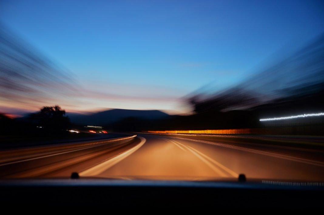 Imagen de una carretera desde dentro de un coche
