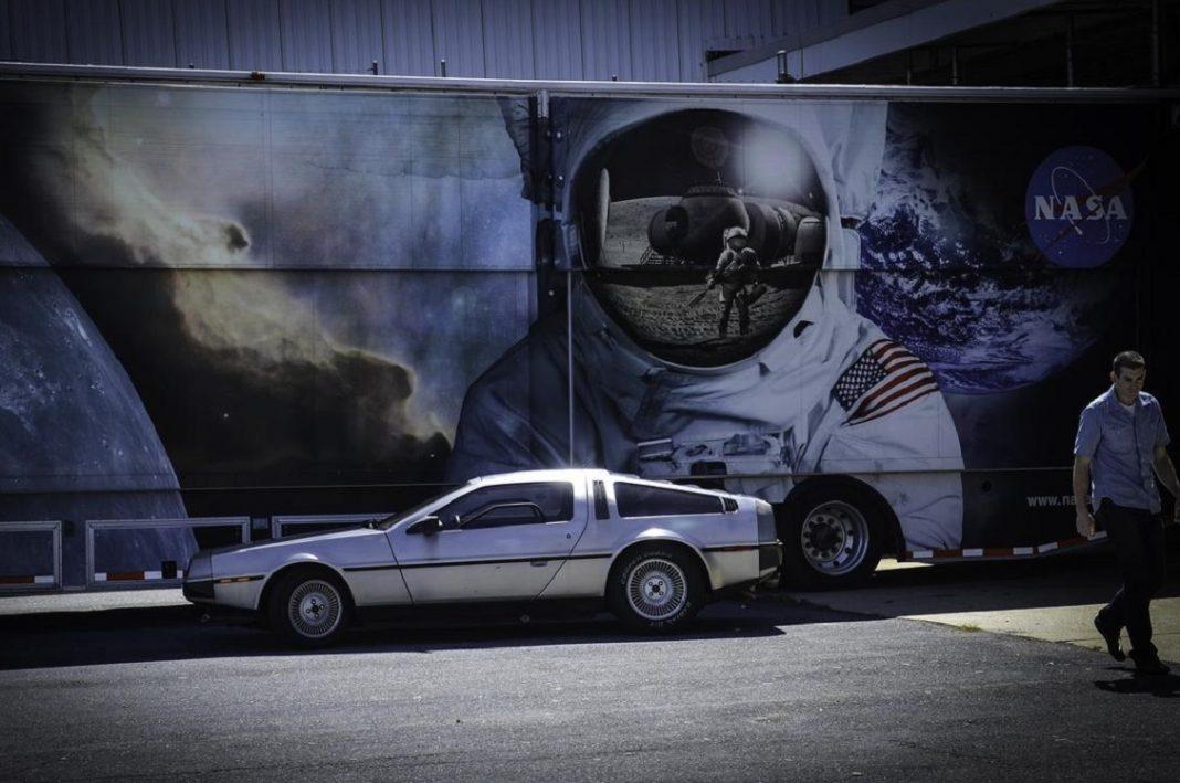 Imagen de un DeLorean delante de un mural de la NASA