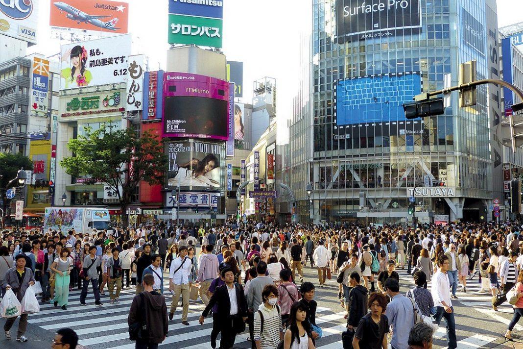 Imagen de gente cruzando la calle en un barrio de Japón