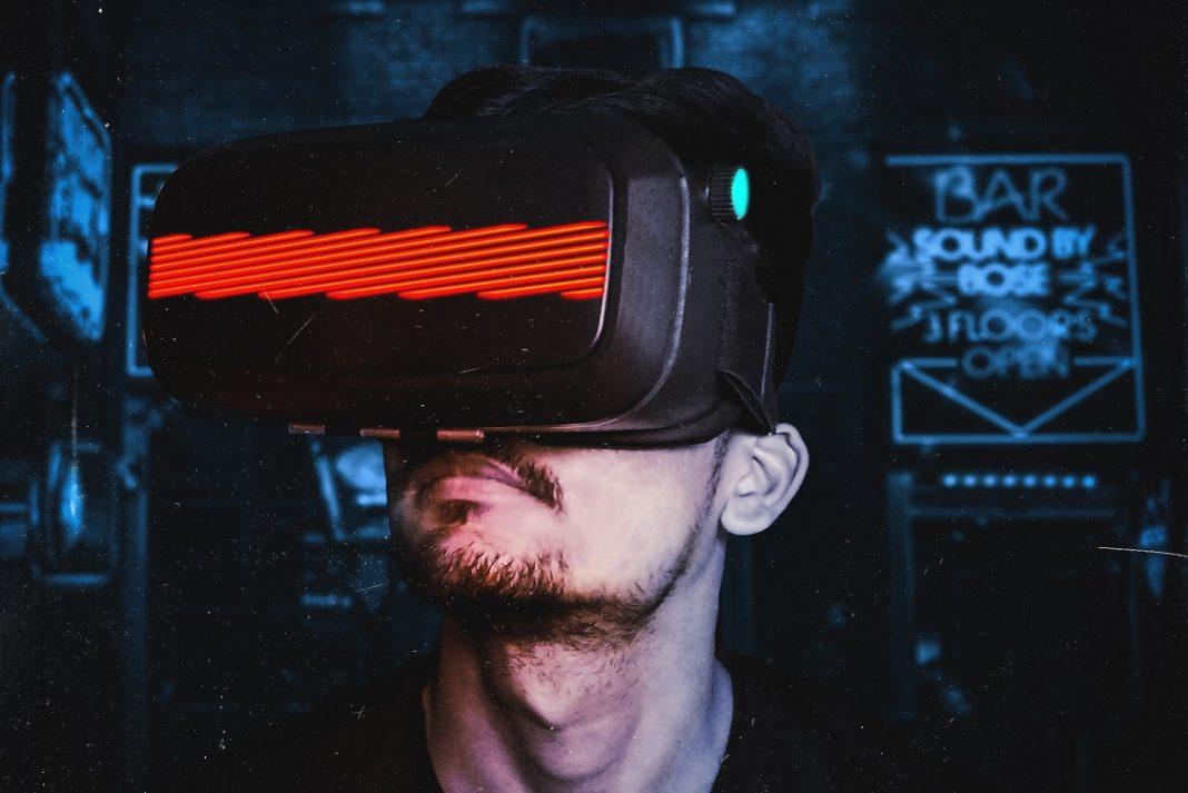 Imagen de un hombre con unas gafas de realidad virtual.