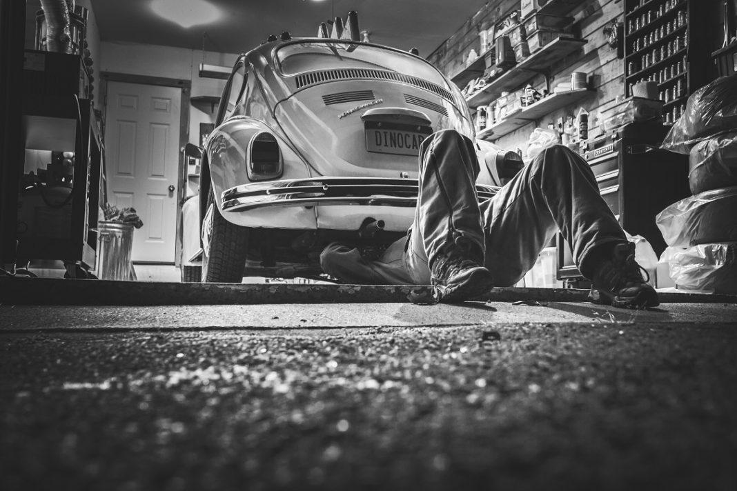 Imagen de una persona reparando un VW Beetle